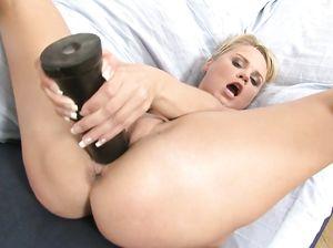 Красивая русская блондинка дрочит пизду большой секс игрушкой
