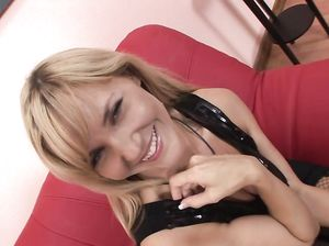 Раскрепощенная блондинка в чулках в сеточку дала в попу любовнику