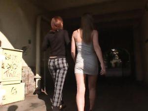 Две русские девушки по очереди трахаются в жопу с ненасытным парнем