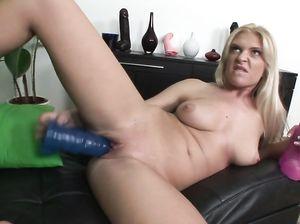 Блондинка с красивыми сиськами трахает сама себя резиновым членом