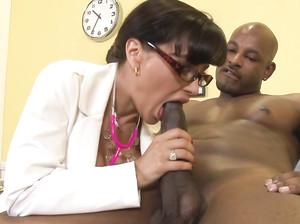 Зрелая доктор с большой грудью ебется с негром