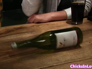 Русские лесбиянки играют в бутылочку и исполняют желания