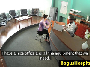 Доктор трахает на столе свою пациентку
