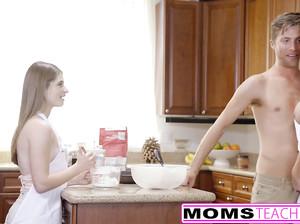 Мамаша учит дочку сосать член и смотрит как та трахается