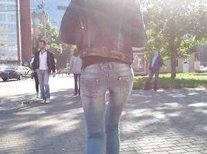 Скрытая съемка жопы худой цыпочки в сексуальных джинсах