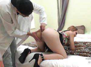 Доктор присунул в задницу сочной француженке и показал ее дырку крупным планом