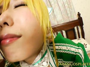 Японка с желтыми волосами кончает