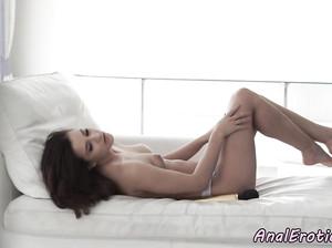Первый анальный секс страстной брюнетки
