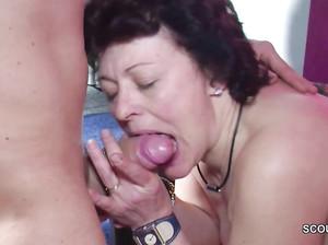 Пожилая русская старушка взяла в рот у молодчика