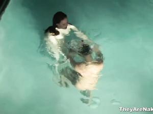 Две лесбиянки плавают в голубой воде бассейна