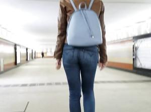 Упругую попку в джинсах парень снял на камеру мобилы