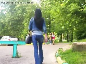 Дрочер преследует самку в джинсах и снимает ее попу