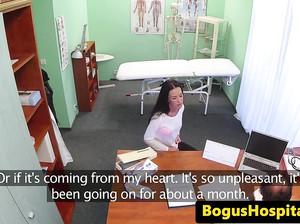 Доктор трахает пациентку перед скрытой камерой
