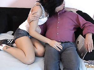 Новогодний секс старого извращенца и молоденькой красивой брюнетки