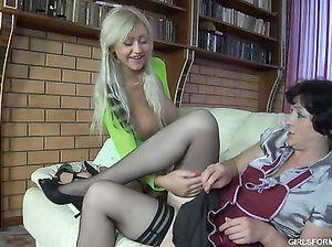 Грудастая русская лесбиянка трахает страпоном зрелую домработницу