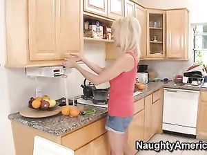 Возбужденный молодой парень трахнул маму друга просто на кухне