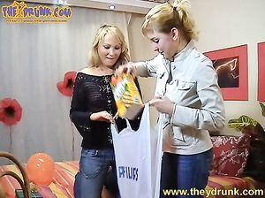 Пьяная лесбиянка с натуральными большими сиськами делает куни подруге