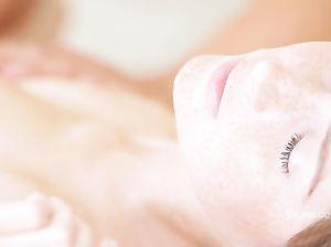 Нежный парень доводит до оргазма девушку сексуальным массажем йони