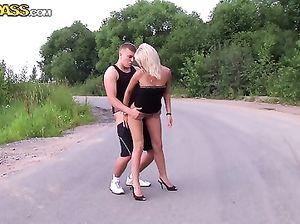 Светленькая русская шмара получила деньги за секс на дороге