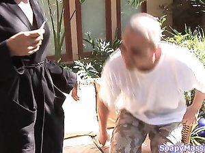Короткостриженная худая массажистка делает парню массаж лингама