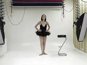 Миленькая балерина показывает тренировку без одежды