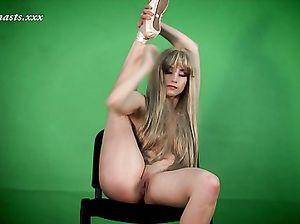 Очень гибкая девушка показывает свои умения голышом