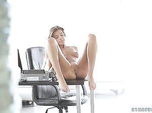 Офисная работница занимается мастурбацией прямо на столе