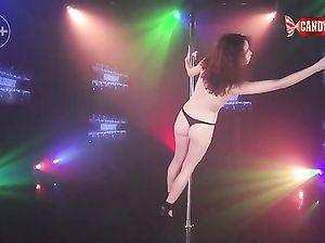Кучерявая гибкая девушка показала эротический стриптиз у шеста