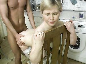 Страстная жена в белых чулках трахнулась с мужем на кухне