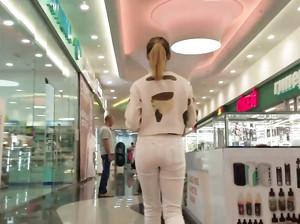 Идет следом за телкой в джинсах и снимает ее задницу