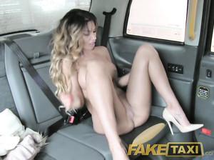 Романтическая девушка соснула в водителя фейк такси