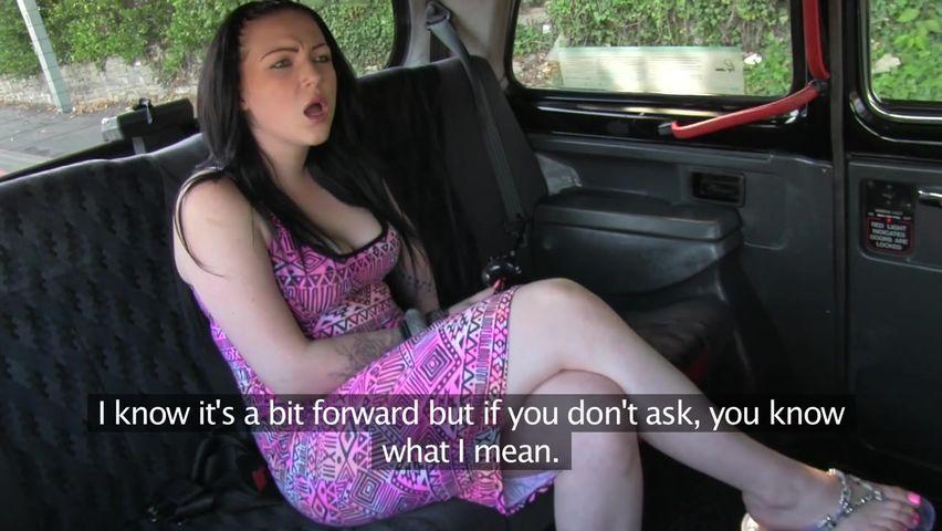 Смотреть мобильное порно красивая брюнетка в такси
