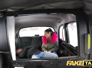 Брюнетка кончает от жаркого порева в фейк такси