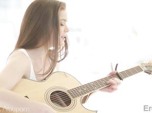 Гитаристка поиграла на гитаре и перепихнулась