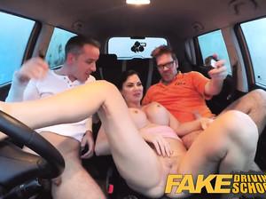 Водитель фейк такси, молодая сучка, трахается с двумя пассажирами