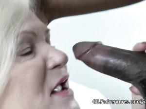 Пожилая пухлая бабка отдалась чернокожему парню