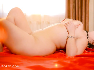 Русская женщина Светлана ласкает свою мохнатку
