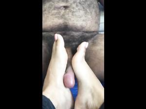 Возбуждающая дрочка члена ногами