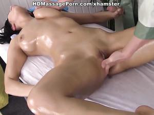 Кира трахается во время чудного массажа