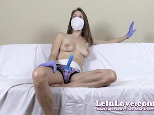 Девка с голым бюстом прикрепила страпон на поясе, надела маску и имитирует дрочку