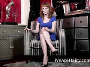 Ирландка с рыжими волосами мастурбирует в кресле