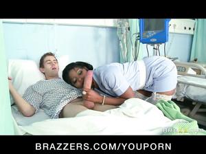 Негритянка медсестра шпилится с пациентом