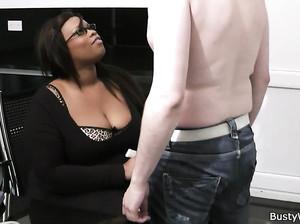 Толстая мулатка с большими дойками чпокается с белым чуваком