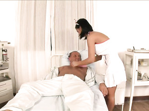 Ролевая игра: медсестра спасает пациента минетом