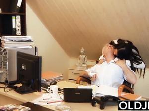 Старый шеф дрючит телку в офисе