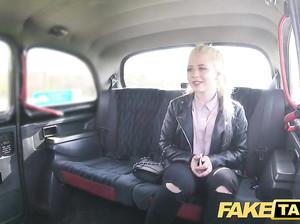 Водитель фейктакси развел на секс блондинку