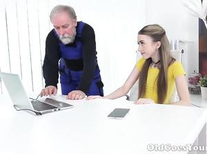 Старый дед сделал тонкой девке куни