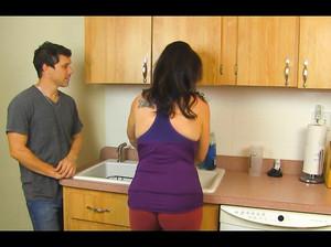 Зрелая дамочка соснула у молодчика на кухне