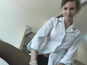 Русская медсестра скачет на члене пациента