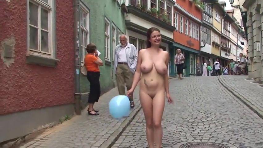 Порно голая на улице видео 1